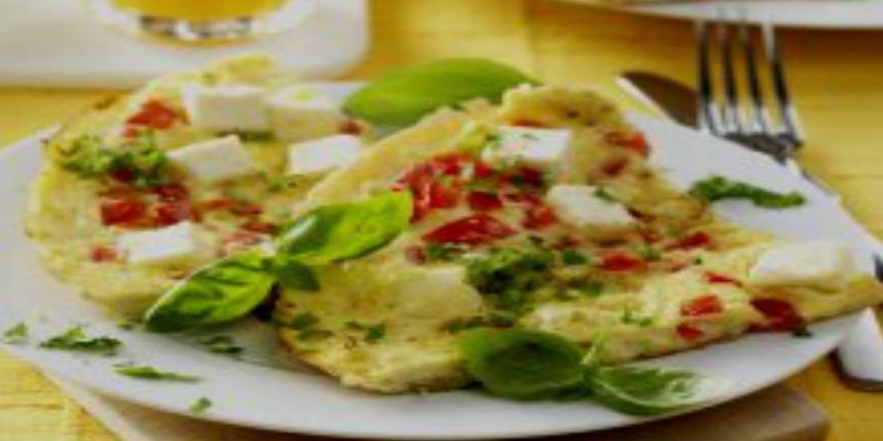 омлет с цветной капустой и помидорами на сковороде