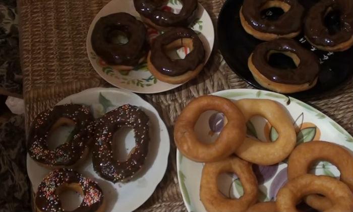Пончики обсыпаем посыпкой