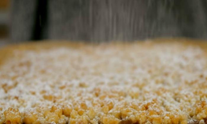 Простой яблочный пирог обсыпаем сахарной пудрой