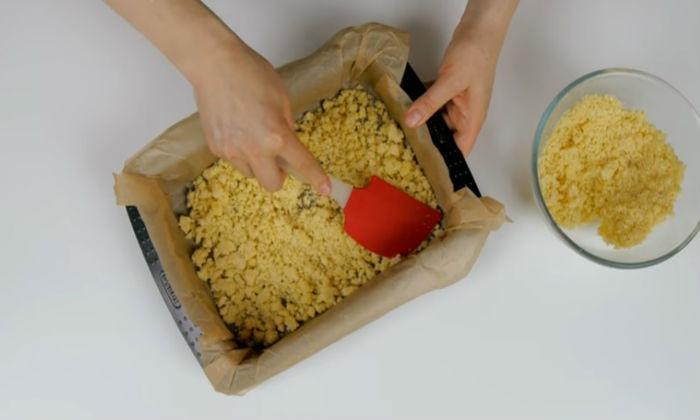 высыпаем тесто в форму