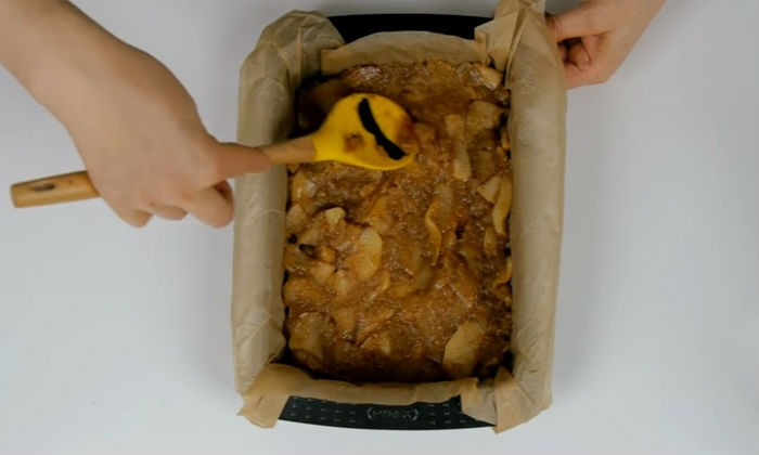 на тесто укладываем яблоки