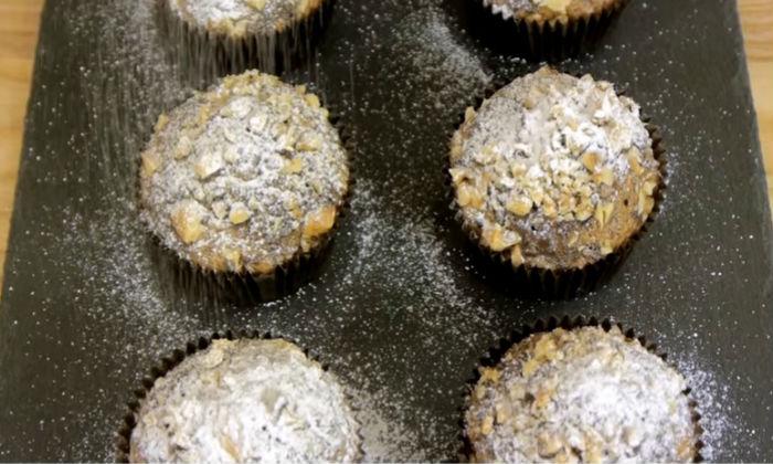 Шоколадные маффины обсыпаем пудрой