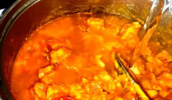 Закладываем морковь и для улучшения вкуса добавляем пару ложек овощной заправки из помидоров и перцев, если у вас нет такой можно добавить отдельно овощи