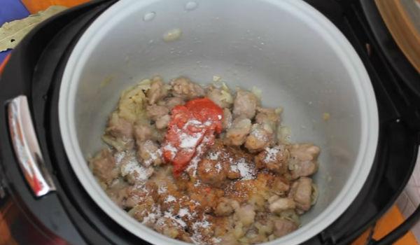 кладём томат-пасту и приправы