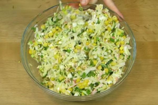 Салат с кукурузой и огурцом крабовыми палочками с фото