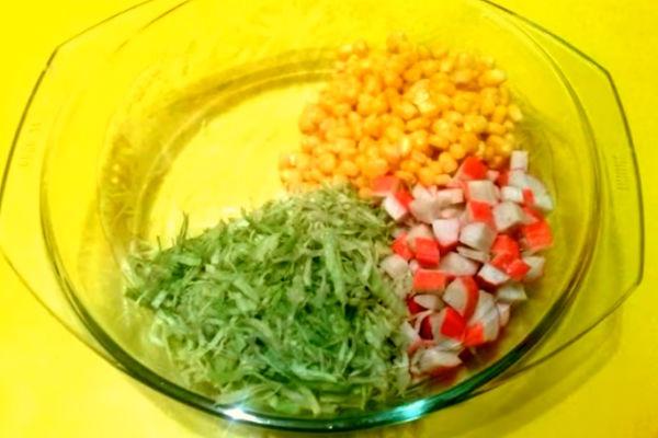 Салат из крабовых палочек с кукурузой и капустой