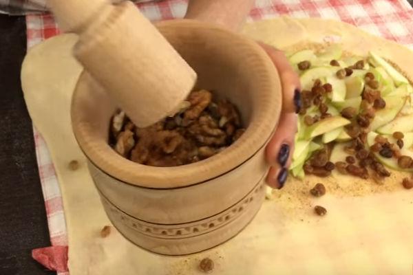 Когда мука вмешалась в тесто, добавляем новую небольшую порцию