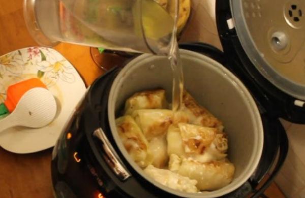 Разогреть сковороду, потомить сало на медленном огне, чтобы вытопить ароматный жир.