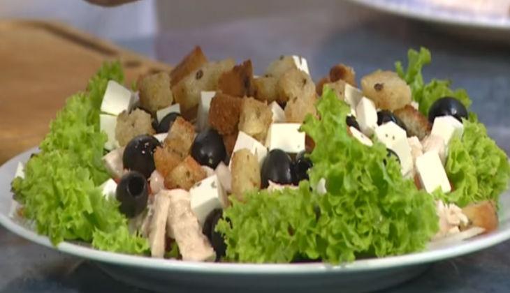 греческий салат рецепт сухариками и курицей
