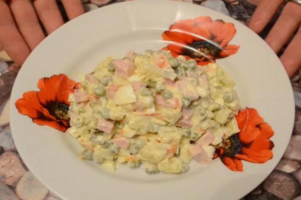 Оливье с колбасой и огурцами