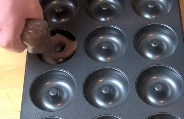 Предварительно взбитое яйцо вливаем в миску