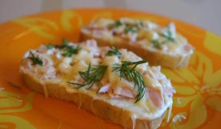 Горячий бутерброд с колбасой