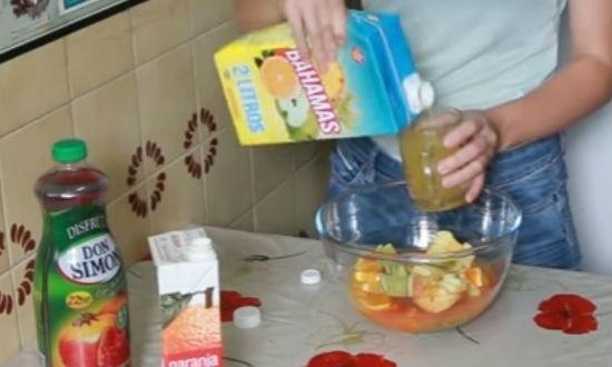 наливаем сок мульти-фрукт