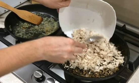 закладываем филе в грибы
