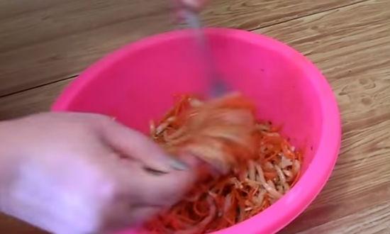 перемешиваем салат из кальмаров по-корейски