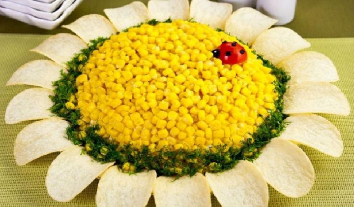 Салат с чипсами Подсолнух с печенью трески