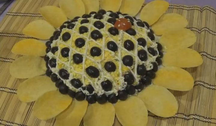 Салат Подсолнух с чипсами с крабовыми палочками
