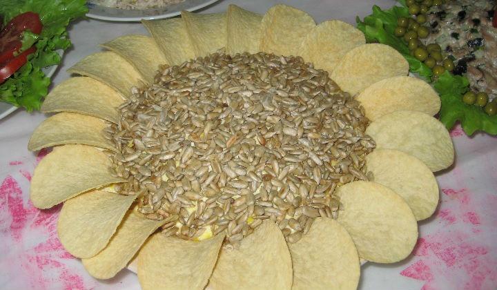 Салат с чипсами Подсолнух