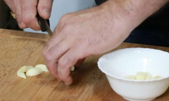 режем чеснок