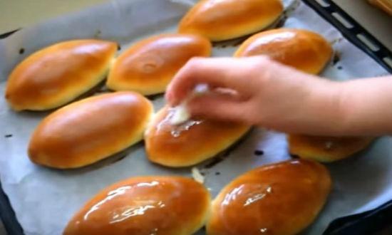 Пирожки из дрожжевого теста с луком и яйцами
