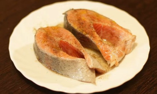 Солим и перчим стейки форели