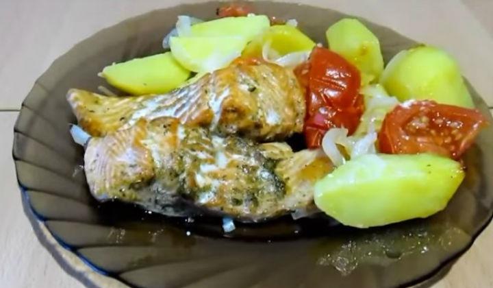 Форель запеченная с картошкой