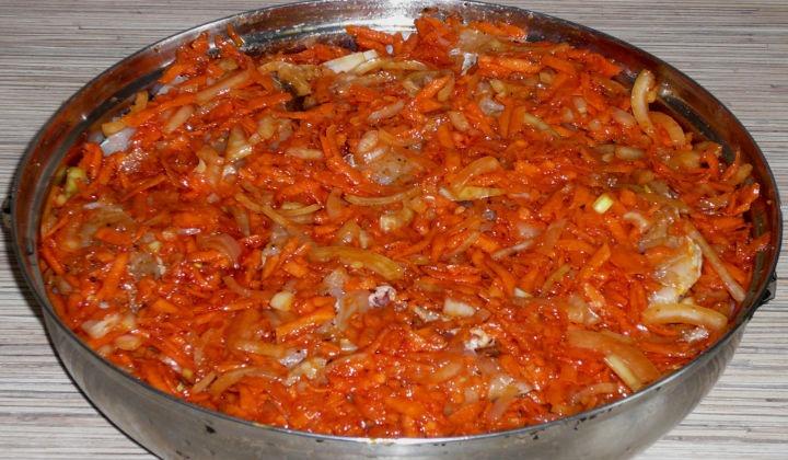 Минтай запеченный в духовке с луком и морковью