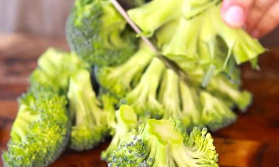 Нарезаем брокколи
