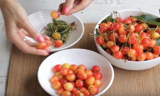 Перебираем ягоду