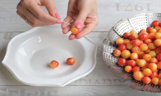 Прокалываем ягоды