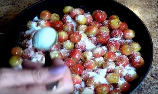 Засыпаем ягоду сахаром