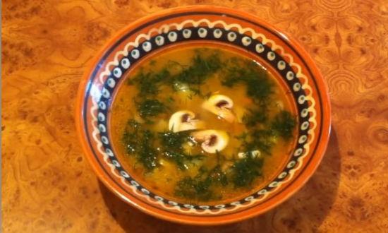 Разливаем грбной суп из шампиньонов по тарелкам