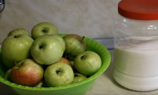 Яблоки и сахар для варенья