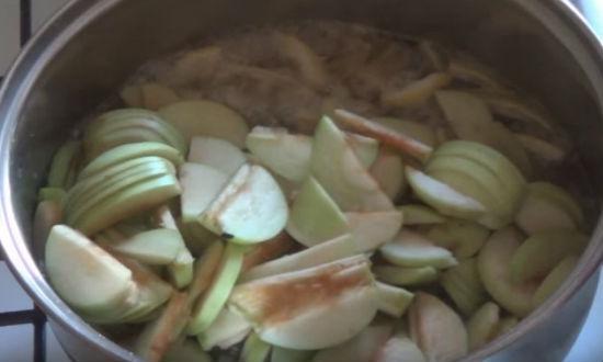Засыпаем в сироп яблоки