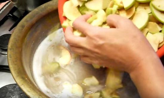 Засыпаем яблоки в сироп