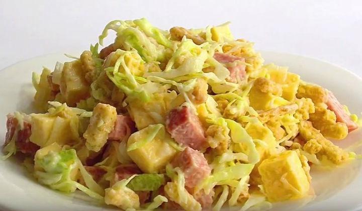 Салат из свежей капусты с колбасой и сыром