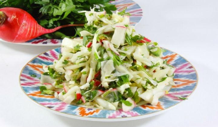 Салат из свежей капусты с яйцом и редисом