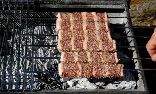 Шампуры с мясом на мангале