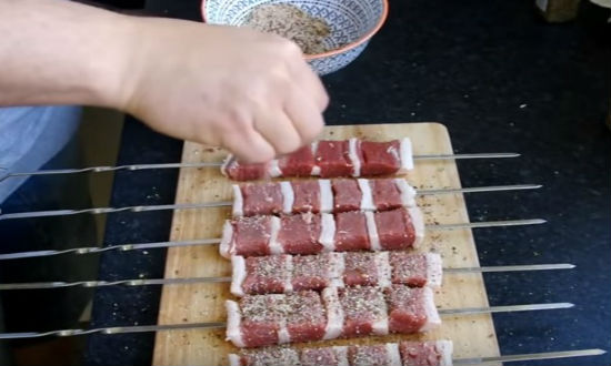 Обсыпать мясо специями
