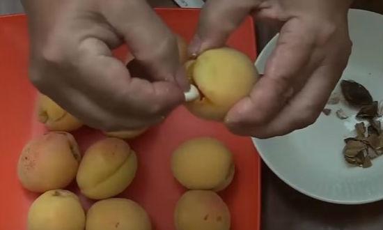 Вставляем ядра в абрикос