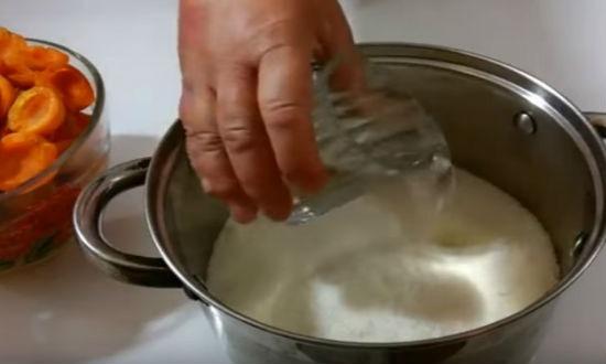 Заливаем в сахар воду
