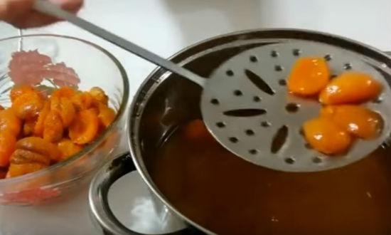 вынимаем из сиропа абрикосы