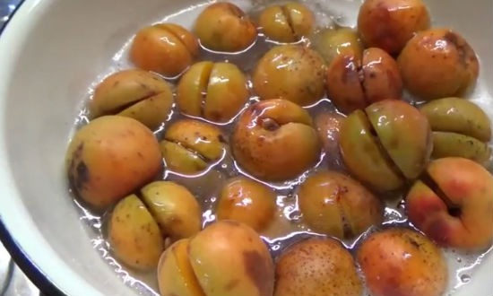 Укладываем абрикосы в сироп