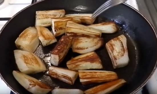 обжариваем баклажаны
