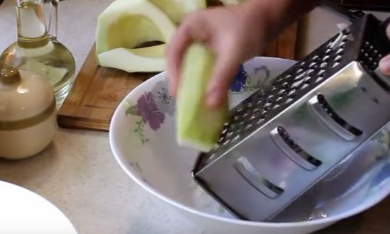 Натираем кабачок на терке