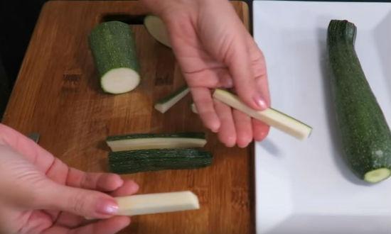 Нарезаем кабачки брусочками