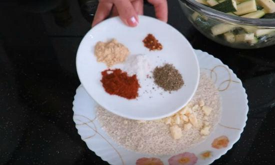 Добавляем специи в сухари