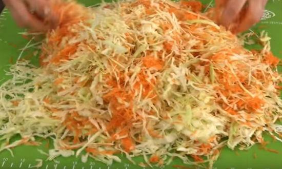 Перемешиваем капусту