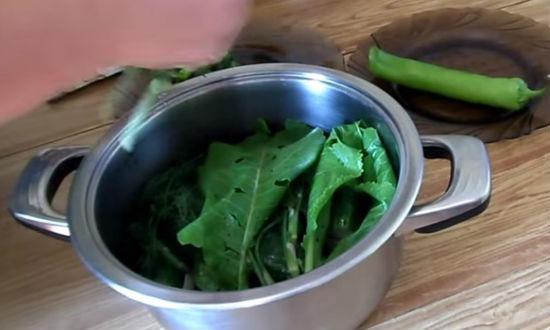 Закрываем огурцы зеленью