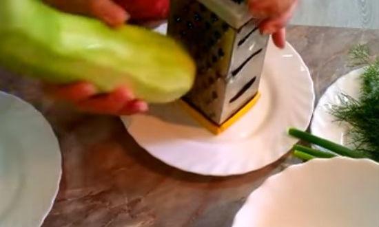 Натираем кабачок